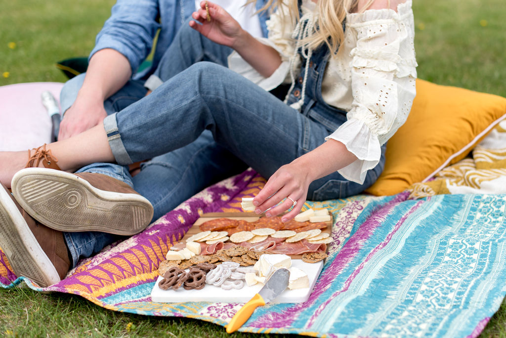 Picnic inspired engagement session with a charcuterie board and colourful anthropologie blanket